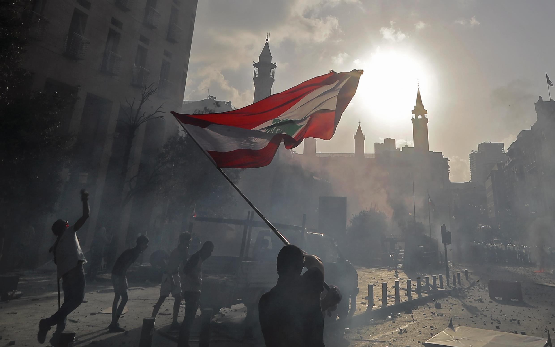 Un manifestant brandissant un drapeau du Liban lors du la manifestation à Beyrouth du 8 août 2020.