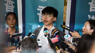 Joshua Wong, um dos dirigentes do movimento pró-democracia de Hong Kong, foi libertado esta segunda-feira.