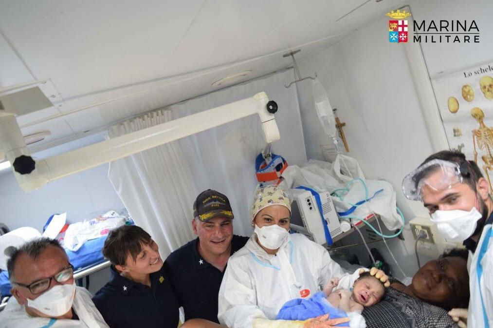 O bebê que nasceu a bordo do barco da marinha italiana