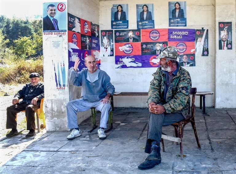 Плакаты участников предстоящих президентских выборов на автобусной остановке в Телави, 19 октября 2018.