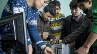 Trẻ em thất học ở Tân Cương được tổ chức Save the Children dạy nghề, tháng 11/2013.