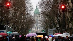 Miles de estudiantes y profesores manifestaron bajo una intensa lluvia, este 30 de agosto de 2018.