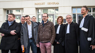 Antoine Deltour (C), Raphaël Halet (G), à l'origine du LuxLeaks, et leurs avocats quittent la cour d'appel du Luxembourg, le 15 mars 2017.