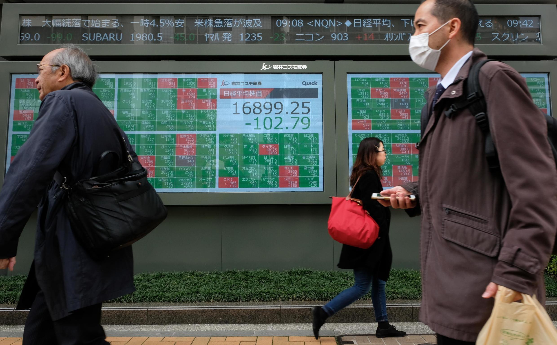 À Tokyo, l'indice clé Nikkei de Tokyo a baissé de 3% le 17 mars 2020.