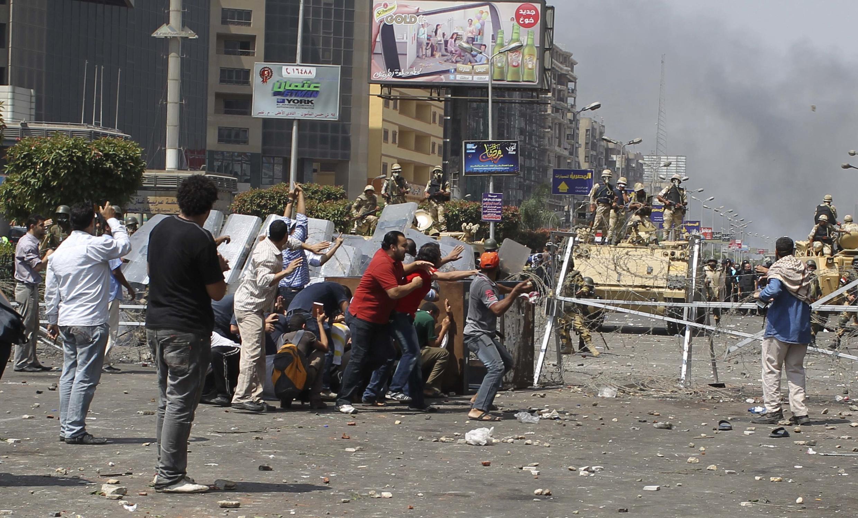Quân đội Ai Cập dùng chiến xa để dẹp bỏ hàng rào chướng ngại vật của phe thân Morsi - REUTERS /Asmaa Waguih