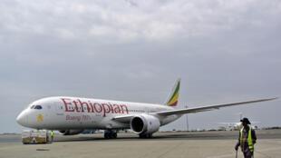 資料圖片:埃塞俄比亞航空公司停靠在亞的斯亞貝巴首都國際機場飛機。攝於2013年4月