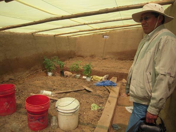 L'ingénieur Sergio Nao sous une tente.