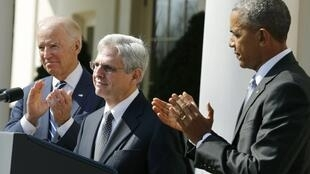 ចៅក្រម Merrick Garland អមដោយលោកប្រធានាធិបតី  Obama និងអនុប្រធានាធិបតី Biden ថ្ងៃទី១៦មីនា២០១៦នៅ Washington.