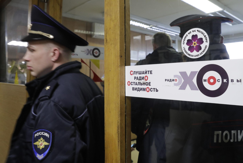 Cảnh sát Nga bên trong trụ sở đài phát thanh Matxkơva sau vụ hành hung.