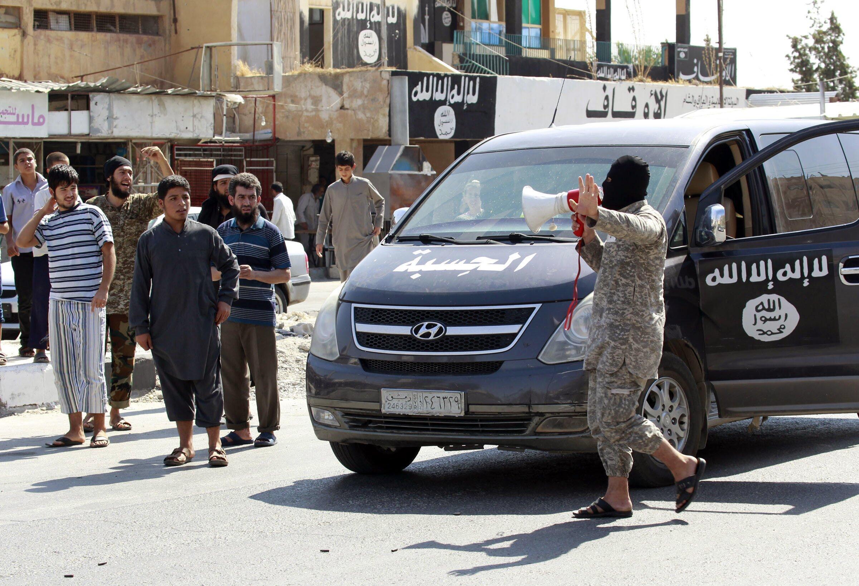Một chiến binh thuộc Nhà nước Hồi giáo EI tại thành phố Taqba, nơi một sân bay quân sự bị lực lượng này chiếm đóng ngày 24/08/2014. Nhà nước Hồi giáo tại Syria bắt đầu bị phi cơ Mỹ dọ thám kể từ ngày 27/08/2014. ỹ