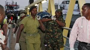 Maafisa wa uokoaji wakibeba manusura wa ajali ya meli visiwani Zanzibar