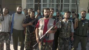 Soldados do exército livre sírio posam nesta segunda-feira em Idlib.