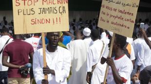 Des manifestants contre l'islamophobie et les caricatures de Mahomet à la place de l'Obélisque à Dakar, le 7 novembre 2020.