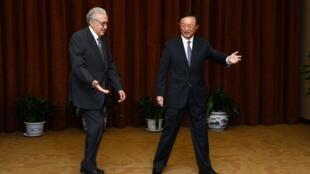 Lakhdar Brahimi (G) et le ministre chinois des Affaires étrangères Yang Jiechi à Pékin, le 31 octobre 2012.