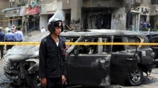 Взрывное устройство было заложено недалеко от дома генпрокурора и сработало в момент проезда его кортежа, Каир, 29 июня 2015.
