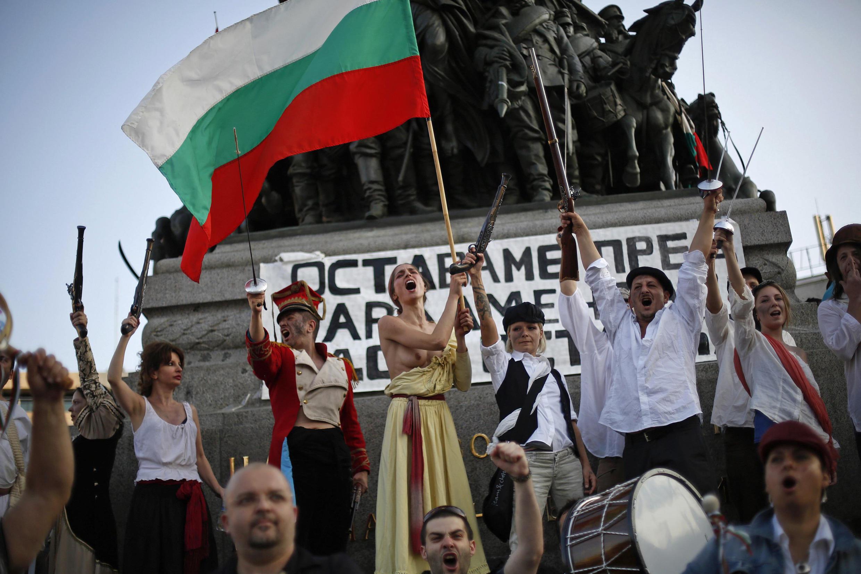 A la veille du 14 juillet, les manifestants bulgares ont revêtu leurs costumes de révolutionnaires français.