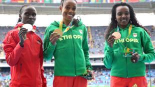 JO 2016 - Athlétisme-10.000 m. Almaz Ayana (C), médaille d'Or (Ethiopie)-Vivian Jepkemoi Cheruiyot,(g) médaille d'argent (Kenya)-Tirunesh Dibaba (d), médaille de bronze (Ethiopie) posent avec leurs médailles. Rio de Janeiro, Brésil - 12/08/2016.