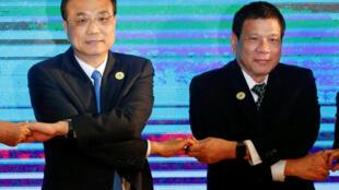 Thủ tướng Trung Quốc Lý Khắc Cường (T) và tổng thống Philippines Rodrigo Duterte, tại Hội nghị  ASEAN tại Vientiane, Lào, ngày 7/09/2016.
