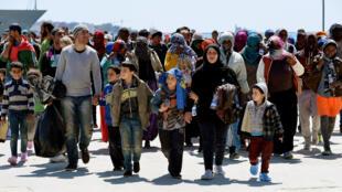 Des rescapés viennent de débarquer sur le port d'Augusta, en Sicile, le 22 avril 2015.