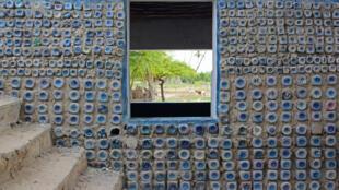 Pour construire sa maison avec des bouteilles de verre rien de plus simple : il suffit les disposer en ligne et de les lier avec du ciment, rien de plus simple selon Philippe Achiengo, ouvrier du bâtiment chez Eco World.