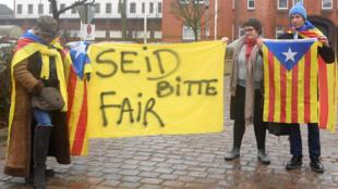 طرفداران پوجدمون در مقابل زندان نوی مونستر - آلمان