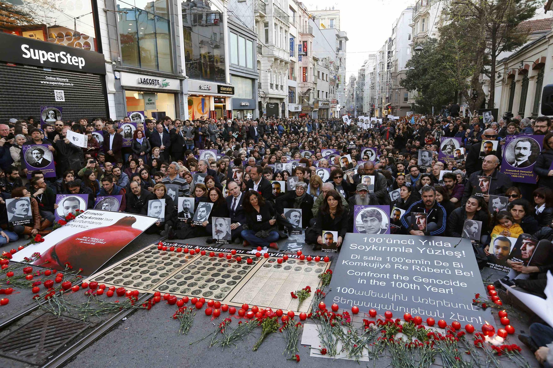 Rassemblement devant le consulat de France à Istanbul vendredi 24 avril 2015.