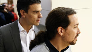 El dirigente socialista Pedro Sánchez (a la izquierda) y Pablo Iglesias, de Podemos, llegan a su reunión en el Parlamento de Madrid, 5 de febrero de 2016.