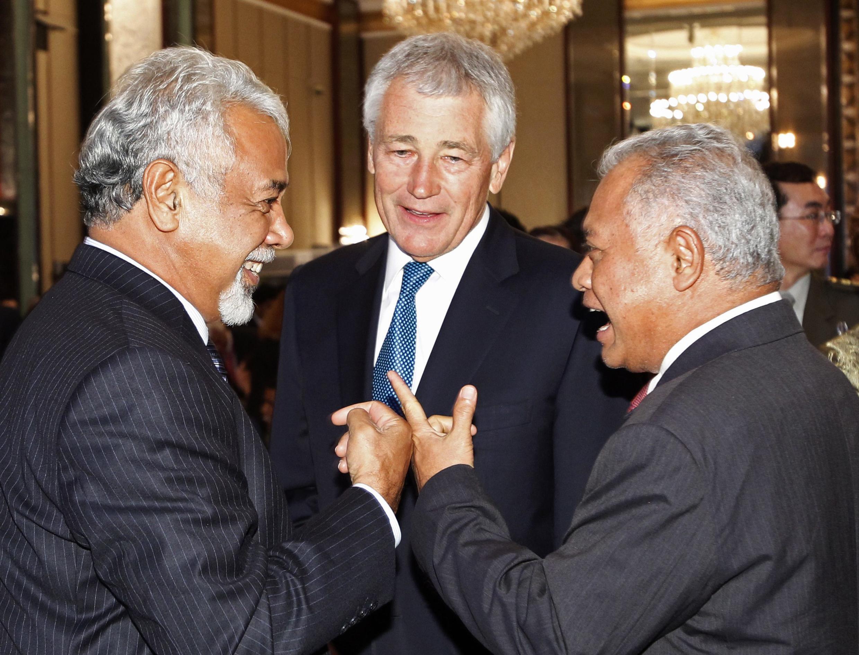 Bộ trưởng Quốc phòng Mỹ Chuck Hagel (giữa) trao đổi với Thủ tướng Đông Timor (trái) và Bộ trưởng Quốc phòng Indonesia (phải) bên lề Diễn đàn Shangri-la ở Singapore ngày 31/05/2013.