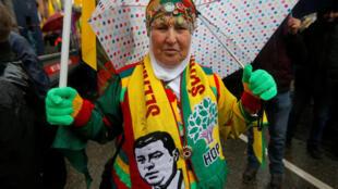 Uma mulher pede a libertação do líder do Partido dos Trabalhadores do Curdistão (PKK) durante protesto em Estrasburgo, França, em 17 de fevereiro de 2018.
