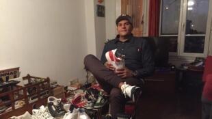 Chez Walter, collectionneur de baskets, qui possède plus de 300 paires chez lui.