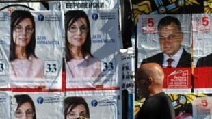Affiches électorales du Parti socialiste bulgare Petar candidat Kurumbashev (d) et ancien commissaire européen à la protection des consommateurs, Meglena Kuneva, à Sofia, le 11 mai 2013.