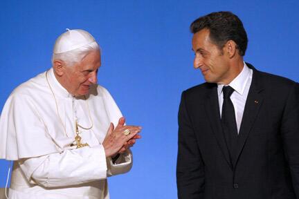 Le pape Benoît XVI aux côtés du président français Nicolas Sarkozy, à l'Elysée, le 12 septembre 2008.