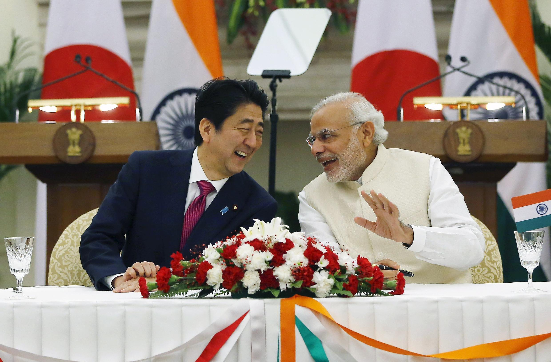 Hai thủ tướng Nhật Bản Shinzo Abe (t) và Ấn Độ Narendra Modi có vẻ rất tâm đầu ý hợp. Ảnh chụp tại New Delhi (Ấn Độ) ngày 12/12/2015.