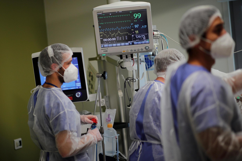 Equipa de reanimação no hospital de Melun-Senart, perto de Paris, 30 de Outubro.