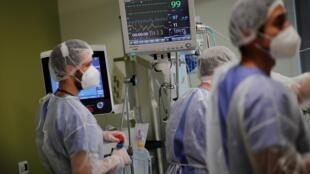 Des équipes du service de réanimation de l'Hôpital de Melun-Sénart, près de Paris, traitent un patient atteint du Covid-19, le 30 octobre 2020.