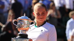 A tout juste vingt ans, Jelena Ostapenko a remporté ce samedi 10 juin l'édition 2017 des Internationaux de France de Roland-Garros.