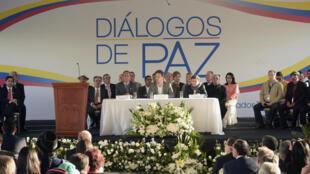 Le représentant du gouvernement colombien Juan Camilo Restrepo (g), le ministre équatorien des Affaires étrangères (c) et Pablo Beltran le négociateur de l'ELN (d), à Sangolqui, en Équateur, le 7 février 2017.
