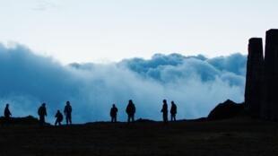 Au début du film du Colombien Alejandro Landes, les « Monos » vivent sur une haute montagne, dans les ruines d'une citadelle-bunker. Un décor surnaturel qui participe de l'étrangeté du film.