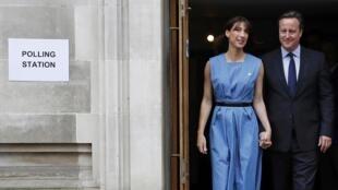 英国首相夫妇前去投票(2016年6月23日)