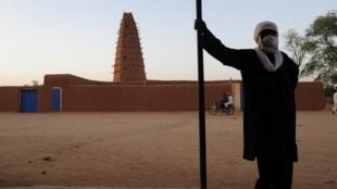 Un vendeur d'objets artisanaux, devant la grande mosquée d'Agadez, le 24 septembre 2012.
