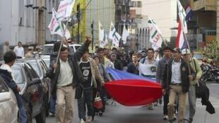 Camponeses paraguaios fazem protesto em Assunção contra derrubada do presidente Lugo.