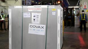 Un contenedor con dosis de la vacuna de AstraZeneca/Oxford contra el coronavirus, parte de un cargamento del programa Covax, llega al aeropuerto internacional de Hanoi, el 1 de abril de 2021