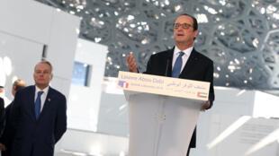 shugaban kasar Faransa Francois Hollande a wajen taron kare kayan tarihi a Abou Dhabi.