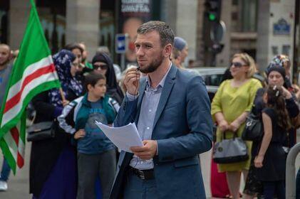Шамиль Албаков на митинге чеченской общины в Париже в июне 2018 года.