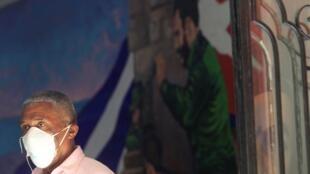 Un Cubain à la Havane, le 13 mars 2020, après que Cuba a confirmé ses premiers cas de coronavirus.