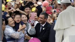 Tín hữu Hàn Quốc chào đón Đức Giáo Hoàng Phanxicô -REUTERS /Lee Jin-man