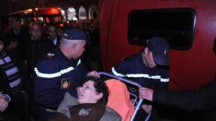 La présidente de l'Association marocaine des droits humains, Khadija Ryadi, blessée pendant la manifestation, est évacuée par les membres de la protection civile. Rabat, le 21 février 2011.