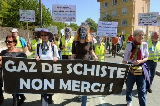 Manifestation pour le renoncement au gaz de schiste à Donzère en Dordogne (France, sud-ouest), dont le maire est le ministre de l'Energie Eric Besson, le 16 avril 2011.