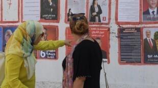 Des électrices tunisiennes devant des affichages de campagne lors de la présidentielle, Tunis, le 9 septembre 2019.