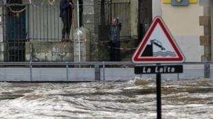 El río Laita se desbordó, en la ciudad bretona de Quimperle, Francia.